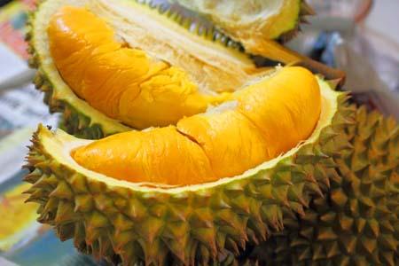 Cơm sầu riêng có màu vàng cam