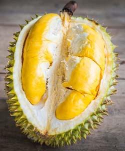 Cơm sầu riêng có màu vàng sậm
